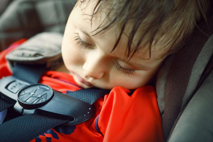 baby in hete auto